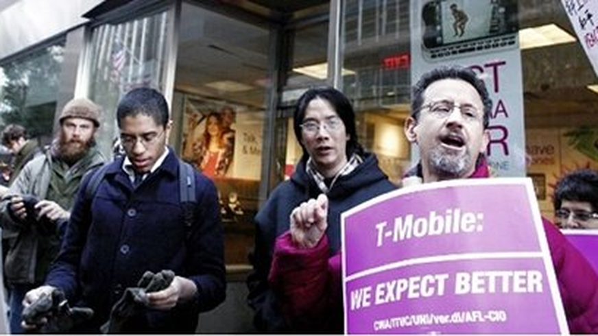 Demonstranten vor einer T-Mobile-Filiale.